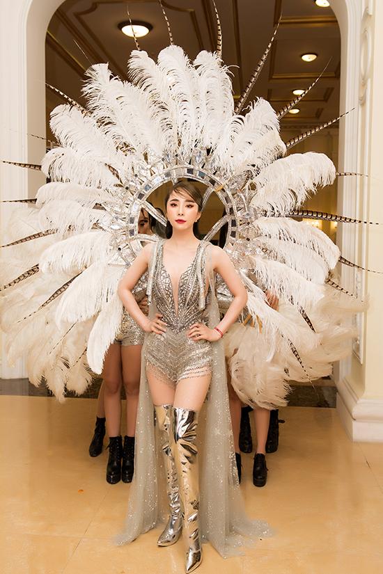 Trang phục do NTK Brian Võ thực hiện với đường cắt xẻ ngực sâu tận rốn làm nổi bật vòng một dao kéo và làn da trắng sứ của Quỳnh Nga. Nữ diễn viên chọn boot cao cổ ánh bạc để hoàn thiện vẻ ngoài sành điệu.