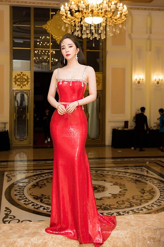Trước đó, Quỳnh Nga nổi bật trên thảm đỏ với bộ váy đuôi cá phủ sequins màu nổi.