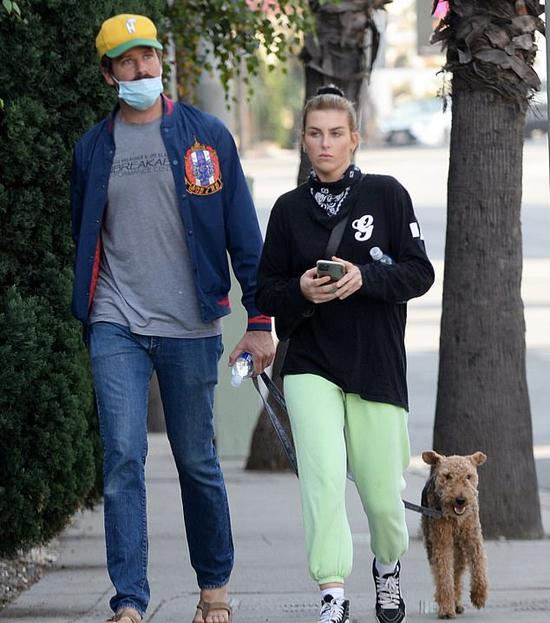 Pagie đi dạo với Armie vào tháng 12/2020.