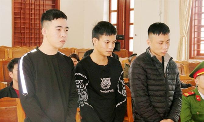 Bị cáo Thông, Thạch và Trung (từ trái qua) tại tòa. Ảnh: Trương Minh