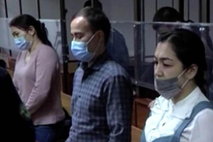 Ba bị cáo trong phiên xét xử vừa diễn ra ở Kazhakstan.