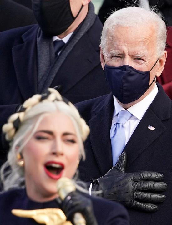 Tổng thống Joe Biden và các đại biểu đặt tay trước ngực khi hát quốc ca.