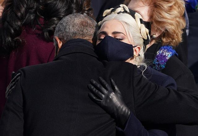 Lady Gaga ôm cựu tổng thống Barack Obama sau màn trình diễn.
