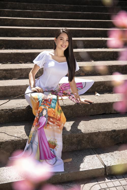Hình ảnh thiếu nữ ở độ tuổi đôi mươi được cách điệu nhẹ nhàng và áp dụng kỹ thuật in để tạo điểm nhấn cho tà áo.