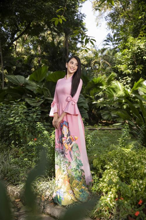 Hình ảnh cô gái của nhiều miền đất nước từ vùng cao đến đồng bằng được khai thác khéo léo để tà áo dài Việt thêm sinh động.