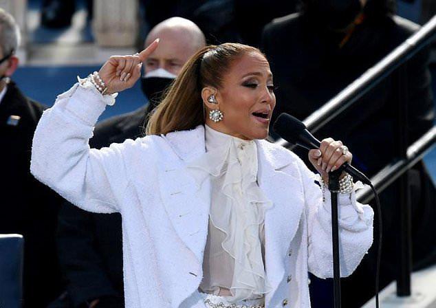 Tại buổi lễ, ca sĩ Jennifer Lopez mặc đồ trắng, thể hiện phần hóa tấu xúc động hai ca khúc This Land Is Your Land và America The Beautiful.