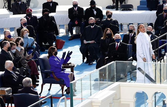 J.Lo cũng là người ủng hộ tích cực cho ông Joe Biden trong cuộc bầu cử vừa qua. Cô rất tự hào và vinh dự khi được biểu diễn trong lễ nhậm chức tổng thống thứ 46 của ông Biden.