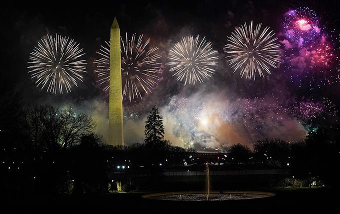 Tượng đài Washington nổi bật trên nền pháo hoa đầy màu sắc.