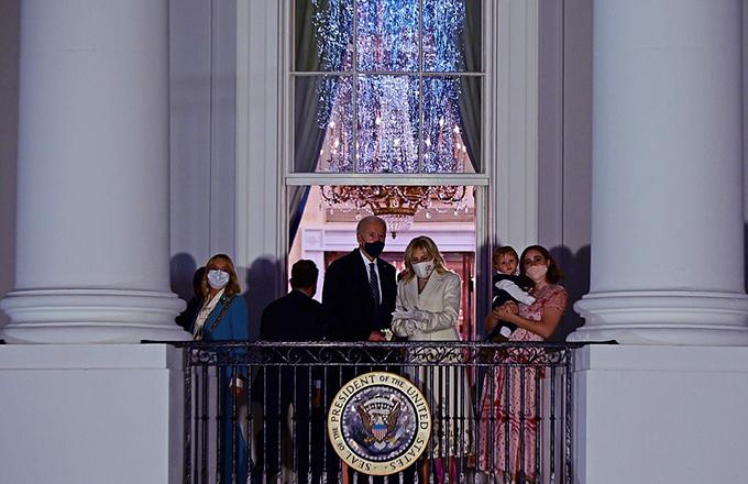 Gia đình Biden xem bắn pháo hoa mừng lễ nhậm chức - 10