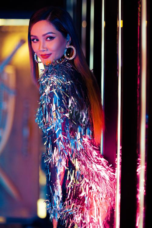 Váy ánh kim lấp lánh với chất liệu độc đáo được chuẩn bị cho HHen Niê để gây sức hút khi tham gia quay fashion film.