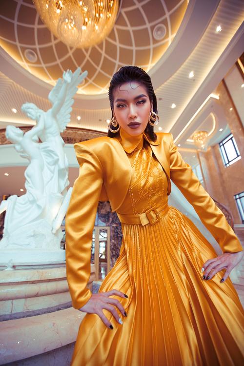 Váy xếp ly đi cùng áo tạo khối vai thô giúp Minh Tú ấn tượng không kém nữ chính của bộ phim ngắn quy tụ các mỹ nhân nổi tiếng của showbiz Việt.