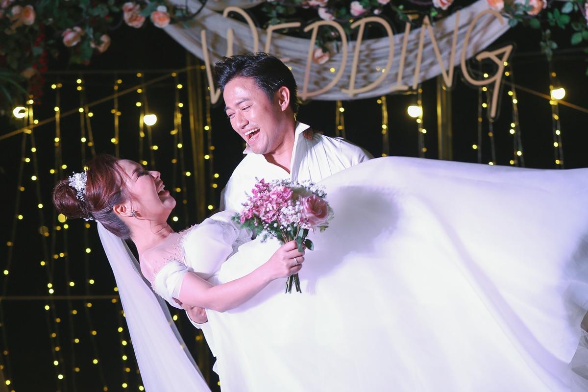 Mãi đến 23/12, vợ chồng Quý Bình mới tổ chức lễ báo hỷ tại Phú Quốc. Đây cũng là nơi Quý Bình - Ngọc Tiền lần đầu gặp nhau nên có nhiều kỷ niệm.