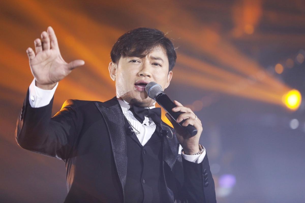Quý Bình còn góp mặt ở nhiều sự kiện âm nhạc tại TP HCM. Trong ảnh, anh tái hiện liên khúc Thao thức vì em - Phút cuối - Định mệnh trên sân khấu Dạ vũ, tối 16/1.