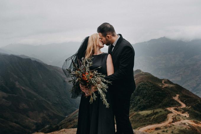 Tình cảm chân thành của uyên ương sẽ là điểm nhấn cho từng bức ảnh. Cô dâu và chú rể đều yêu màu đen nên chuẩn bị trang phục mang tông màu này cho trang phục cưới.
