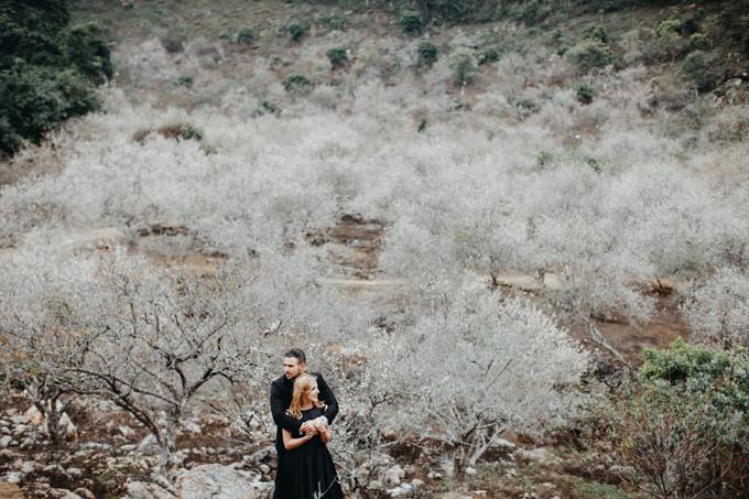 Chúng tôi quyết định đi Mộc Châu chụp ảnh cưới vì nghe nói đây là một nơi độc đáo, khung cảnh thiên nhiên rất đẹp, cô dâu chia sẻ. Lúc này, hoa mơ đã nở trắng các cánh rừng, tạo cho nơi đây cảnh sắc đẹp như ở một xứ sở thần tiên.