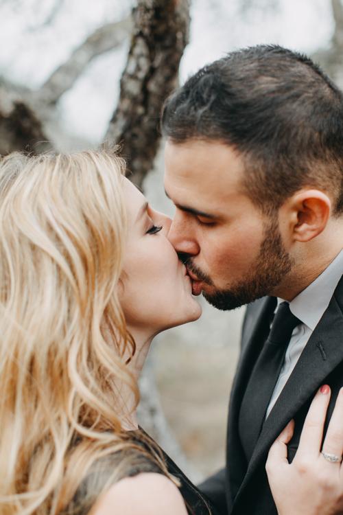 Cặp ngoại quốc trao nhau nụ hôn giữa rừng mơ Mộc Châu. Cả hai không gặp trở ngại gì trong lúc chụp vì có thể trao đổi thoải mái với ekip bằng tiếng Anh.