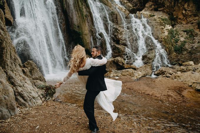 Với một bộ ảnh cưới đẹp, các hành động thân thiết, gần gũi của uyên ương là không thể thiếu.