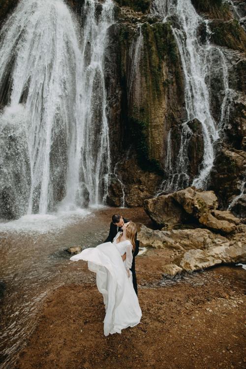 Non nước hữu tình của Việt Nam dễ dàng chinh phục cặp ngoại quốc tới để chụp ảnh cưới.