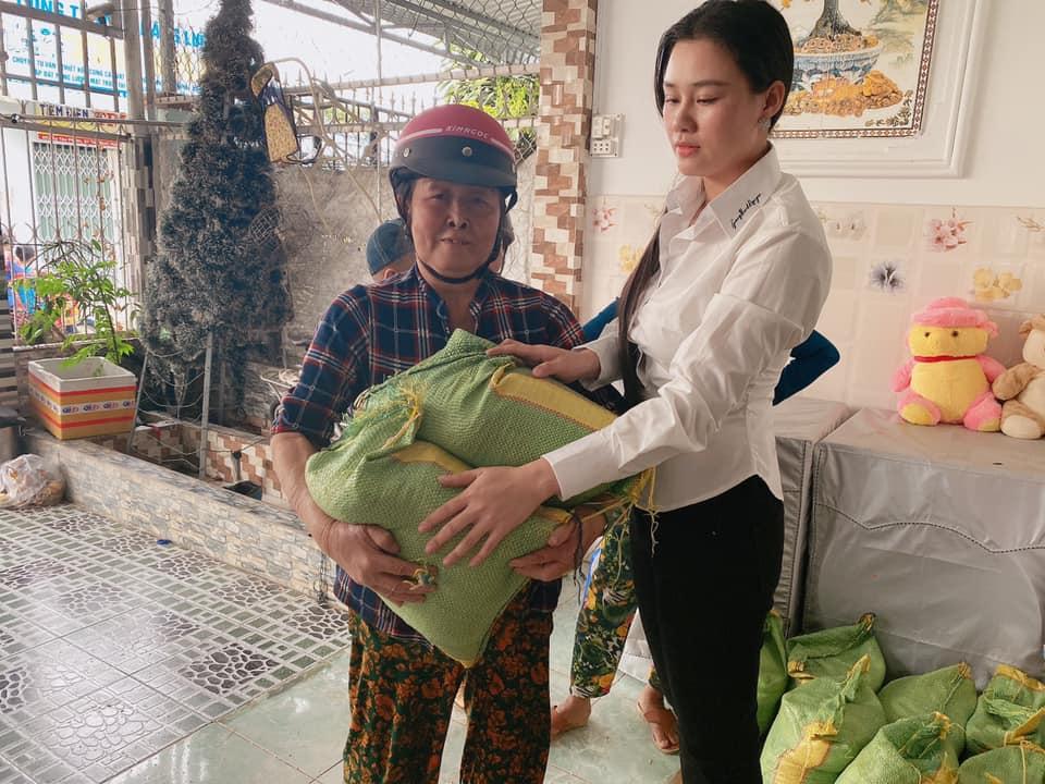 Linh Lan (phải) dùng tiền phúng điếu làm từ thiện.