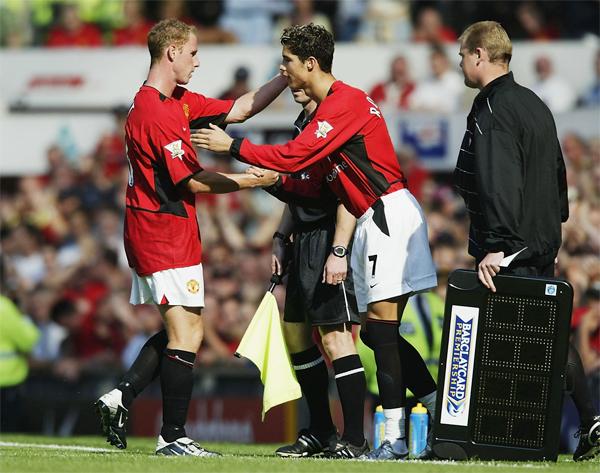 C. Ronaldo ra mắt MU trong trận thắng Bolton 4-0  hôm 16/8/2003. Khi vào sân, tiền đạo Bồ Đào Nha mới là một chàng trai 18 tuổi đầy nhiệt huyết và vào thay tiền vệ Nicky Butt đầu hiệp hai. Hơn 17 năm đã qua, C. Ronaldo trở thành một siêu sao hàng đầu, tiếp tục chinh phục các kỷ lục, thử thách trong khi các đồng đội cũ là các đàn anh ngày ấy đều đã giải nghệ - trừ thủ môn Tim Howard.