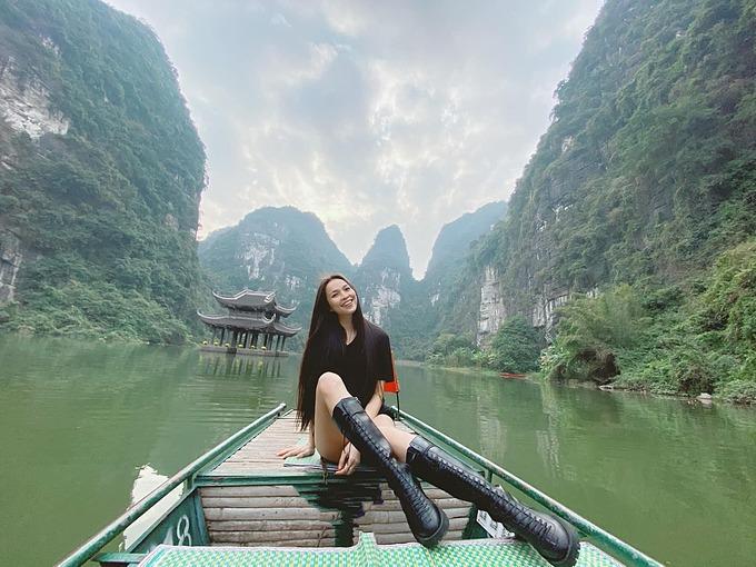 Ca sĩ Hiền Thục mê đắm với cảnh đẹp khi tham quan Tràng An (Ninh Bình).