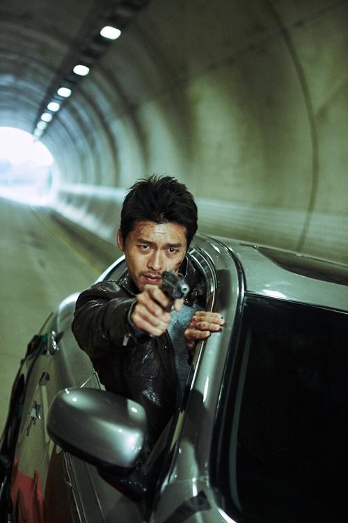 Hyun Bin gai góc trong phim Cộng sự bất đắc dĩ.