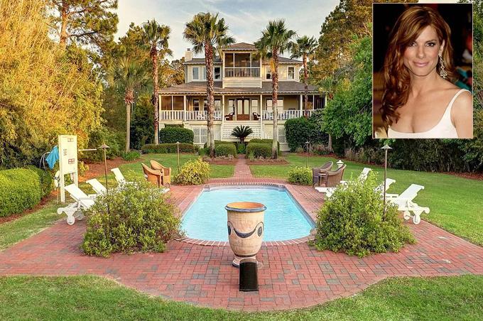 Sandra Bullock mua hai ngôi nhà cạnh nhau bên bãi biển ở đảo Tybee vào cuối năm 2001 - đầu năm 2002 với giá tổng cộng 4,5 triệu USD. Ngôi nhà chính hai tầng (trong ảnh) rộng hơn 300 m2, gồm bốn phòng ngủ, ba phòng tắm, phòng tập gym, giải trí... Phía trước nhà là bể bơi và khu vườn rộng lớn bao quanh.
