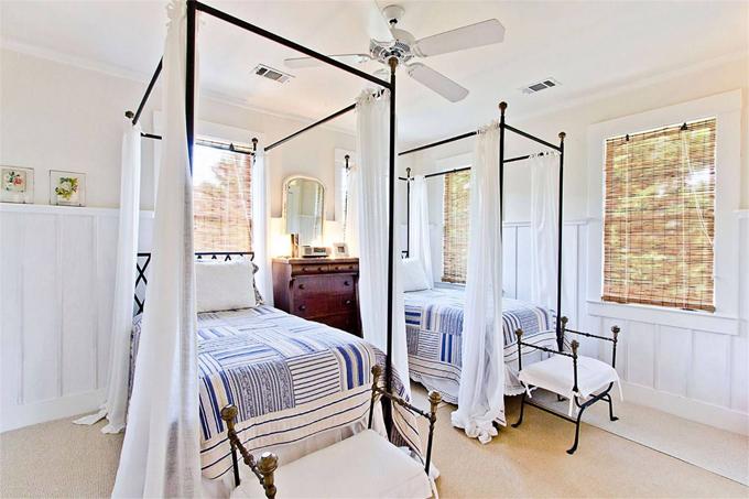 Phòng ngủ giường đôi kiểu cổ điển.