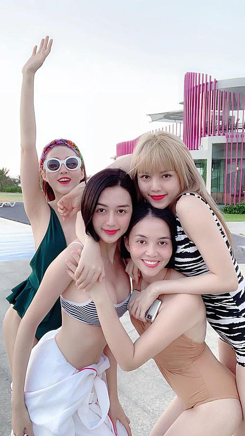 Thiều Bảo Trâm (tóc vàng) bên ba chị gái.