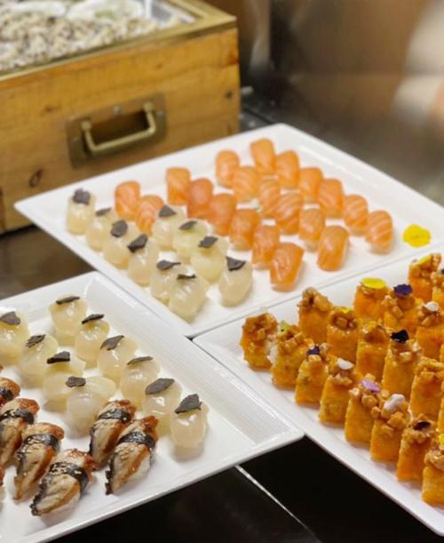 Tiệc tối mang phong cách ẩm thực Nhật Bản với nhiều món sushi, sashimi tươi ngon như cá hồi, cá trích, cá ngừ...