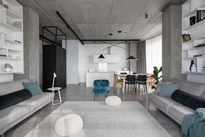 Căn hộ ở Ukraine có diện tích 166 m2, được hoàn thiện bởi Azovskiy&Pahomova Architects năm 2020. Không gian mang tông xám tối giản với phòng khách mở, có nhiều kệ đựng sách.