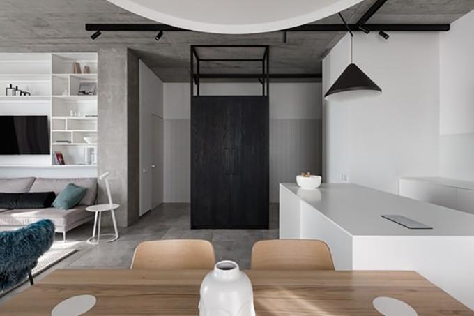 Không gian sinh hoạt chung có bếp, bàn ăn và phòng khách.