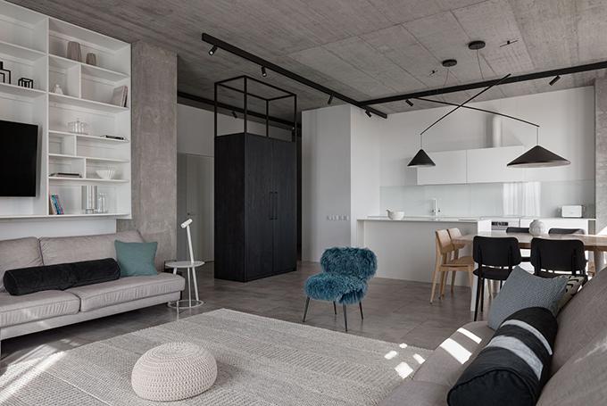 Ban đầu, căn hộ là một không gian trống trơn, không có bất kỳ vách ngăn nào, chỉ có các cột trụ cơ bản.