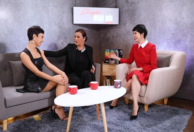 Cindy Thái Tài (giữa) là khách mời talkshow của host Xuân Lan (phải).