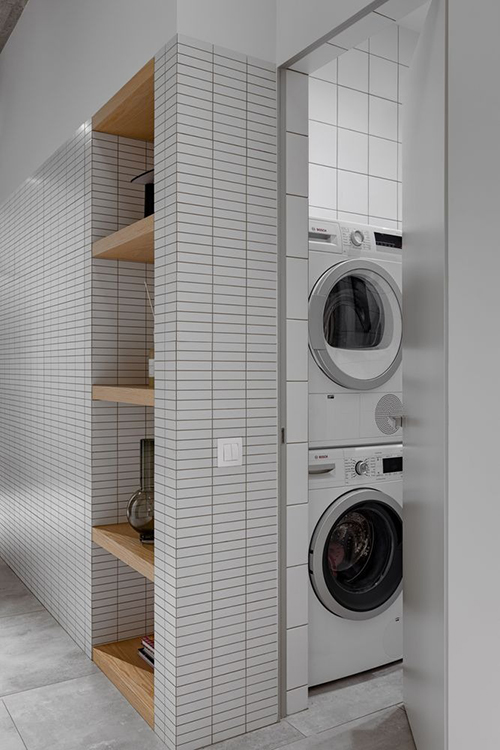 Phòng giặt ở cạnh hành lang. Căn hộ tối giản đề cao yếu tố nguyên vật liệu để dù không gian sống ít điểm nhấn nhưng không đơn điệu.