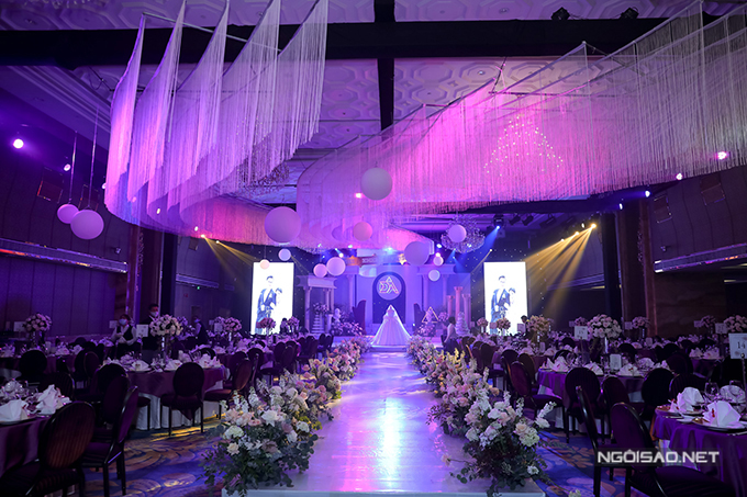 Phía bên trong hội trường cưới có điểm nhấn là trần nhà mô phỏng vũ trụ cùng các hành tinh.