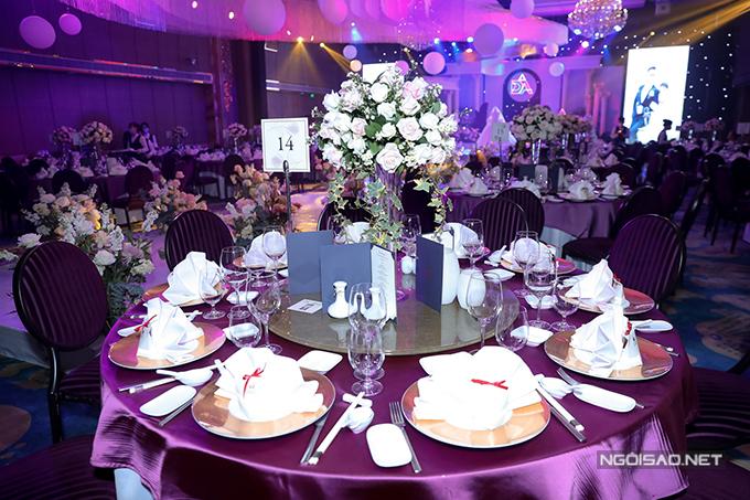 Uyên ương chọn khăn bàn tím, bàn tròn cho tiệc cưới.