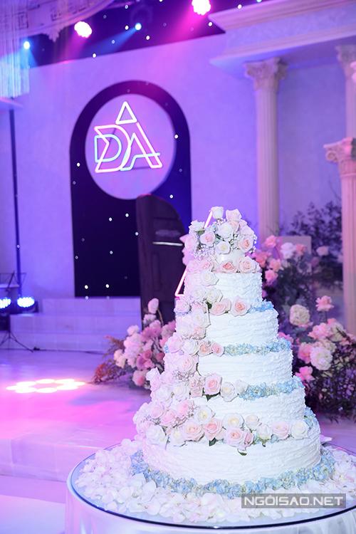 Bánh cưới 6 tầng được tô điểm với hoa tươi của Thuý An - Ngọc Duy.