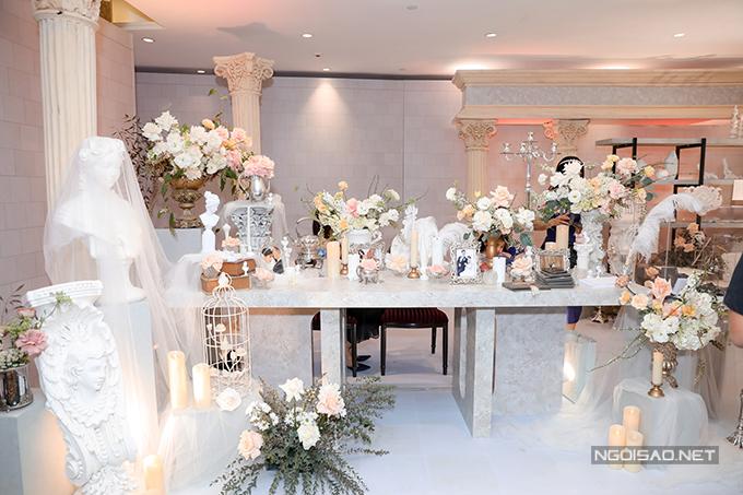 Bảng màu mà cô dâu chọn cho khu vực gallery là các gam màu pastel nhẹ nhàng, có hoa hồng là hoa chủ đạo. Nhiều tượng bán thân trở thành điểm nhấn của hôn lễ người đẹp.