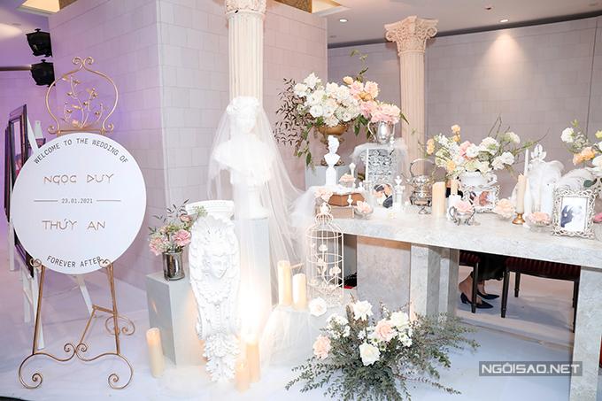 Không gian cưới của uyên ương gây choáng ngợp tới khách mời vì concept độc đáo kiểu Hy Lạp.