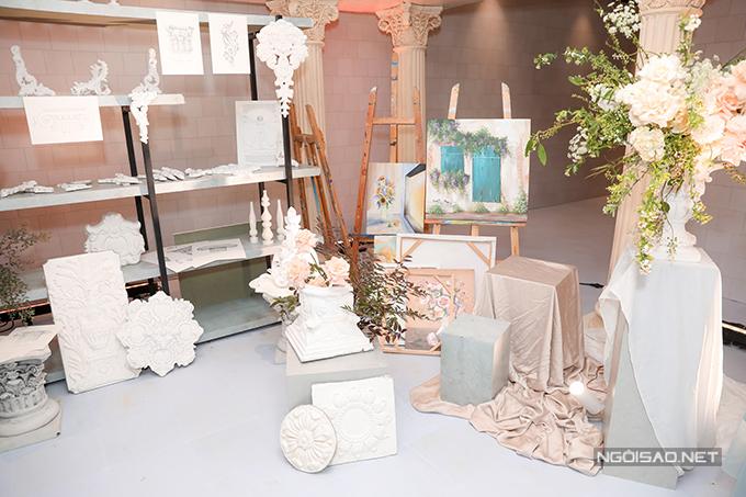 Nhiều tranh vẽ, phù điêu kiến trúc được sử dụng cho không gian cưới, tạo nên vẻ cổ điển.