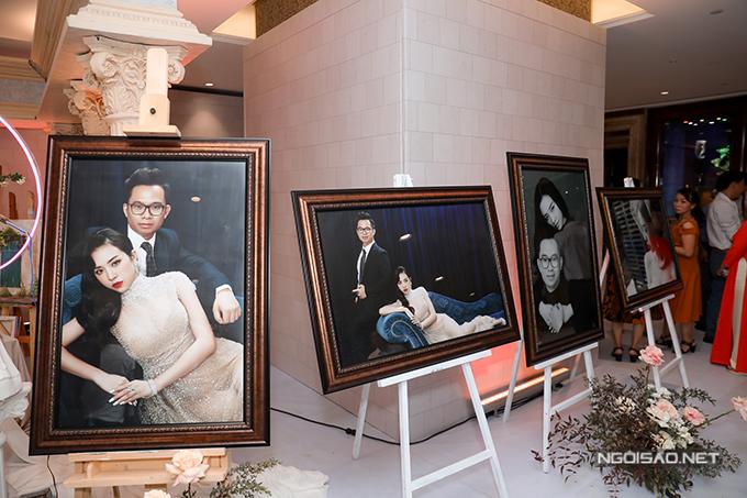 Cặp vợ chồng cũng đặt nhiều ảnh pre-wedding nơi lối vào để khách mời dễ nhận diện.