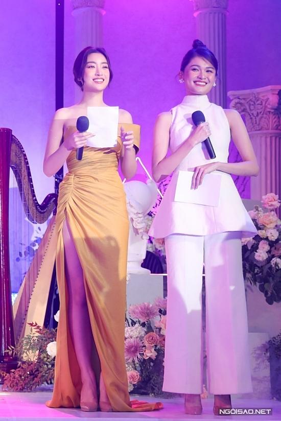 Hoa hậu Đỗ Mỹ Linh (trái) và Thuỳ Dung làm MC buổi lễ.