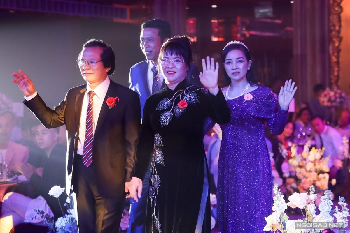 Song thân hai bên gia đình cùng tiến lên lễ đường. Đám cưới của cặp đôi được tổ chức ờ một khách sạn năm sao ở quận 1, TP HCM.