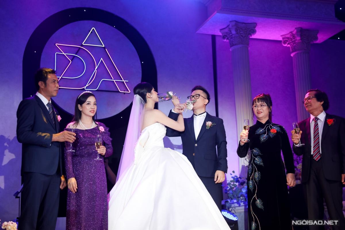 Mọi người cùng nâng rượu chúc mừng vợ chồng Thuý An.