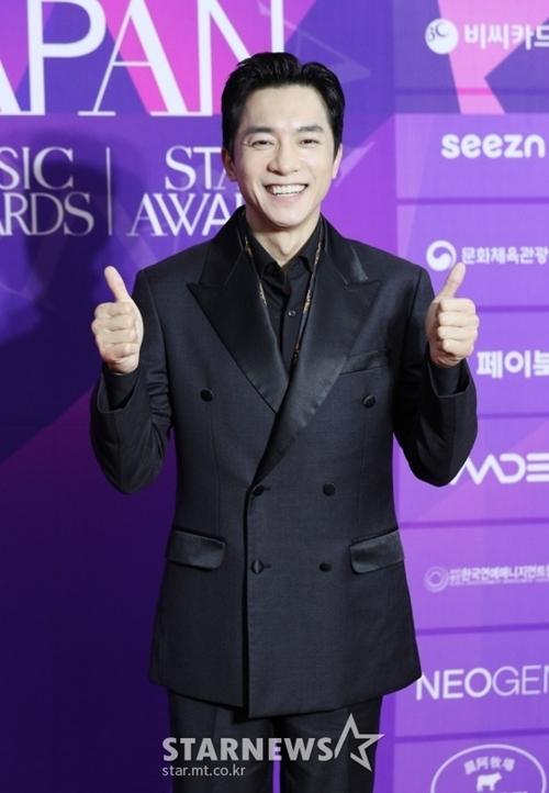 Nam diễn viên Kim Young Min năm qua có hai phim thành công là Hạ cánh nơi anh và Thế giới hôn nhân.