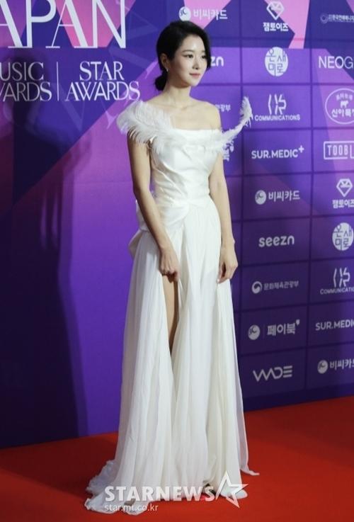 Điên nữ Seo Ye Ji của phim Điên thì có sao thướt tha với đầm trắng xẻ cao.