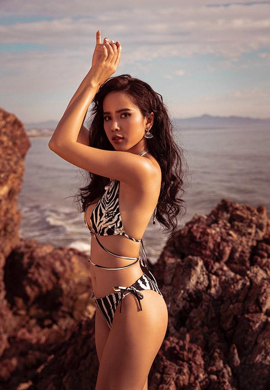 Bella Mai vừa ra miền Trung quay phim mới. Nhân dịp này cô dành nửa ngày đi chơi, tắm biển và chụp ảnh.