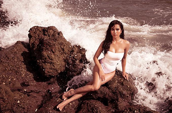 Nữ diễn viên trông gợi cảm pha chút hoang dã khi tạo dáng trên các phiến đá bên bờ biển.