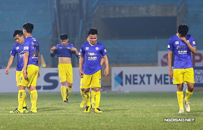 Tối 23/1, CLB Hà Nội nhận thất bại 1-2 ngay trên sân nhà trước Bình Dương ở vòng 2 V-League 2021. Sau khi trận đấu kết thúc, Quang Hải cùng các đồng đội không giấu được nỗi buồn và thất vọng.
